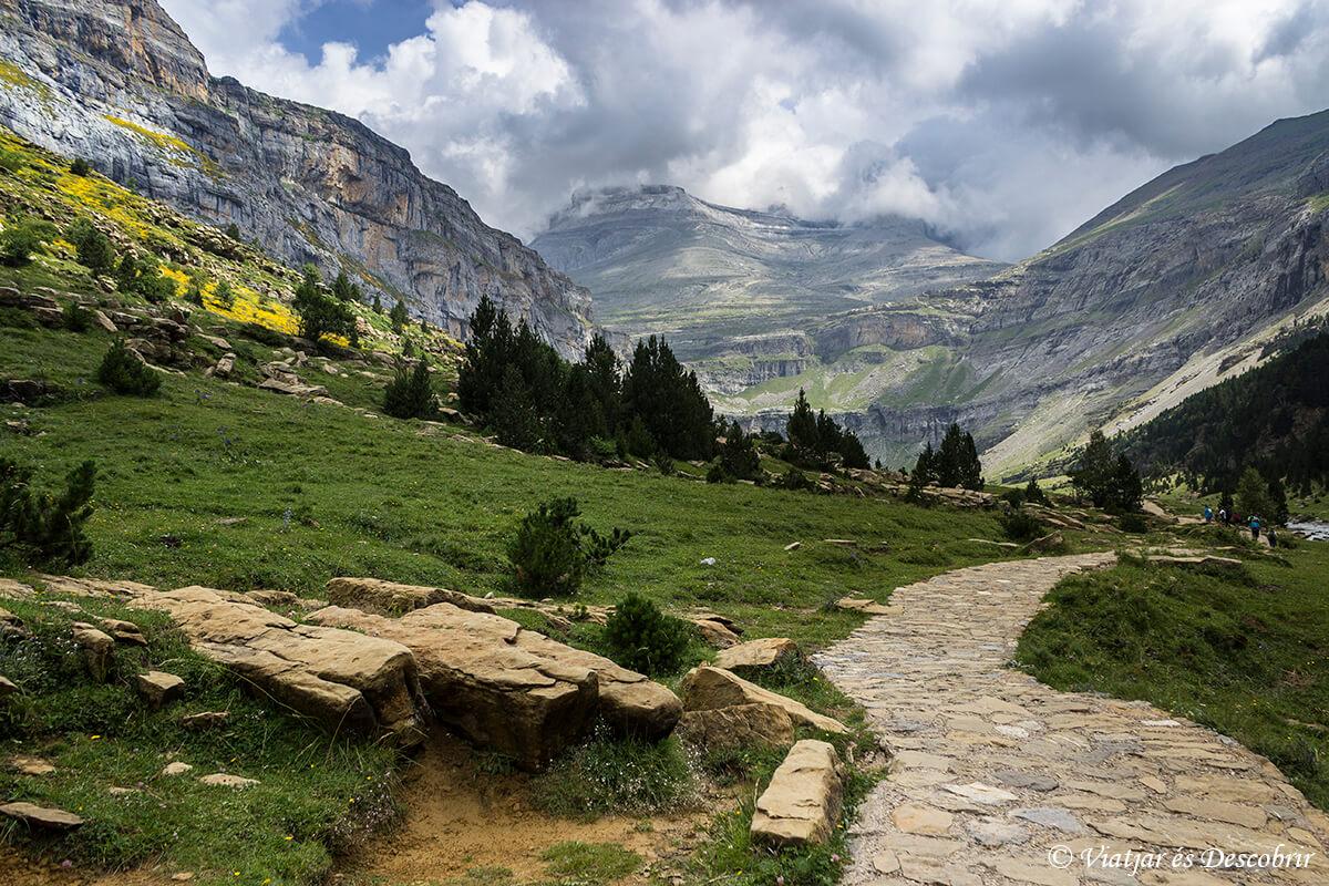 circo de soaso caminando hasta la cima del monte perdido