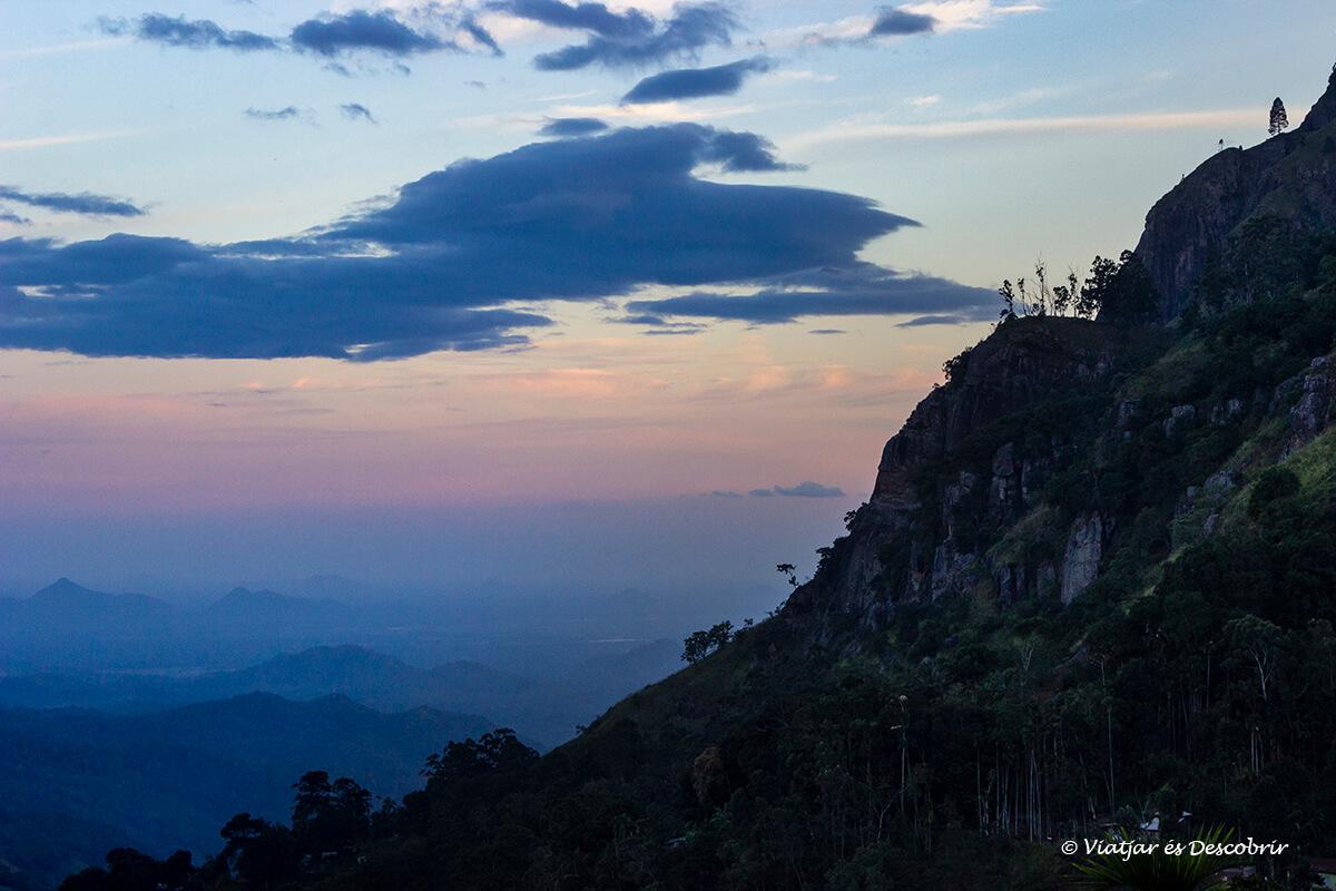 puesta de sol en las tierras altas de sri lanka