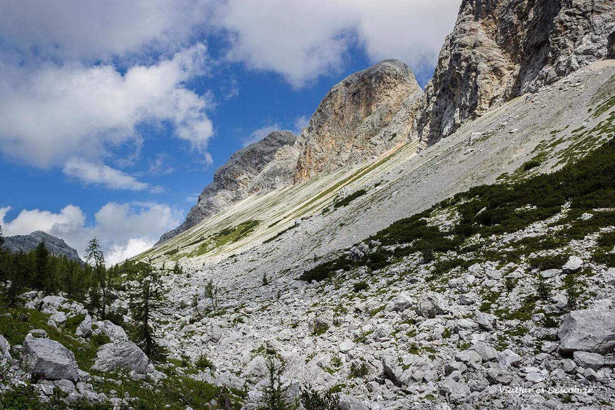 caminos con piedras en el parque nacional triglav