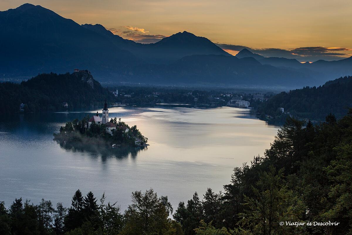 vista panoramica del lago bled durante el amancer