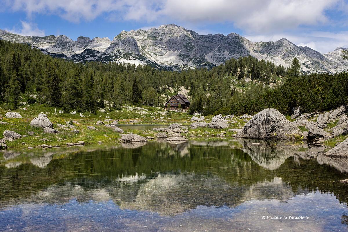 reflejos en el valle de los siete lagos en eslovenia