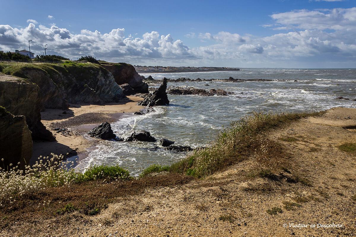 playa y acantilados en la costa atlantica francesa en bicicleta
