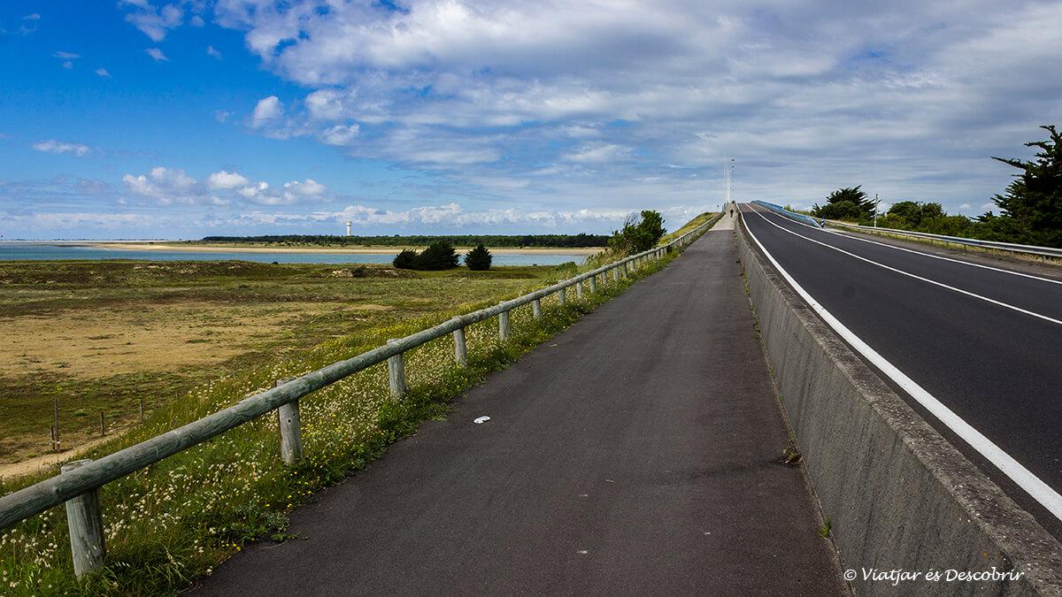 puento de entrada en biciclet a la isla de normentier