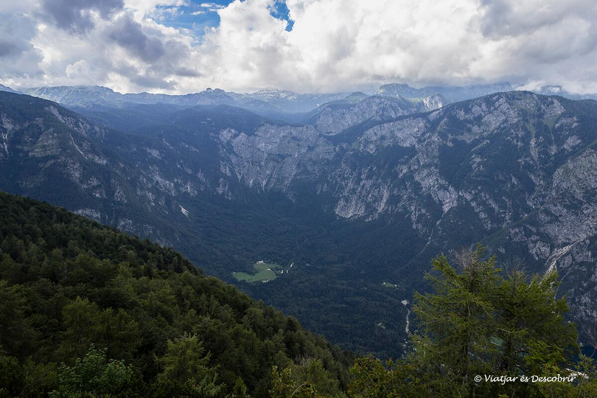 panoramica de las montañas del triglav que rodean el lago bohinj