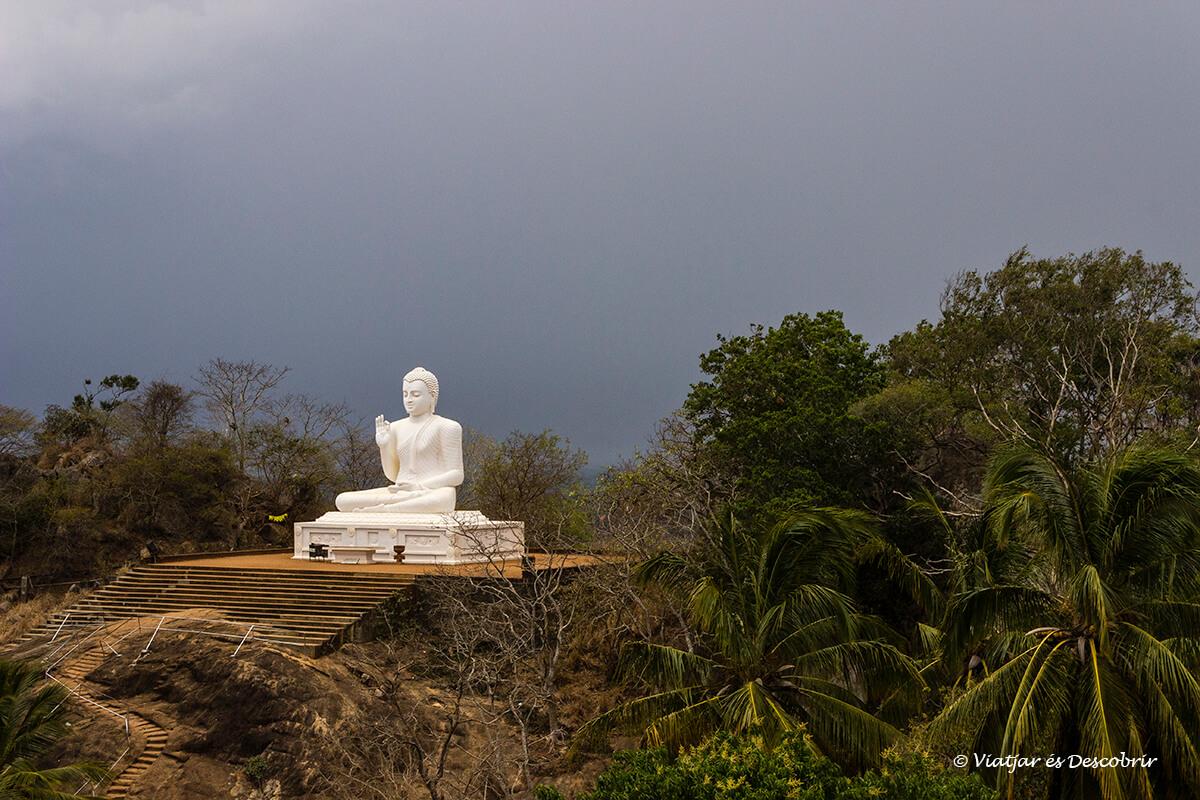 enorme buda blanco en la cima de mihintale en sri lanka