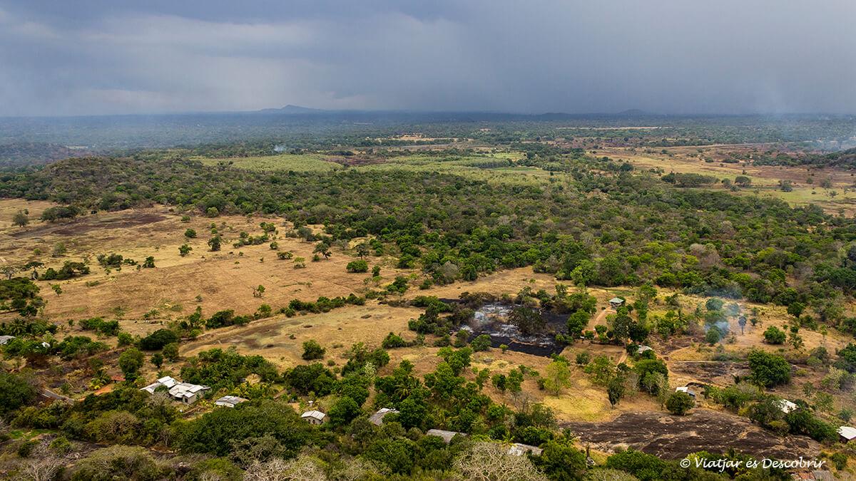 vista panoramica dede la colina de mihintale sagrada del budismo