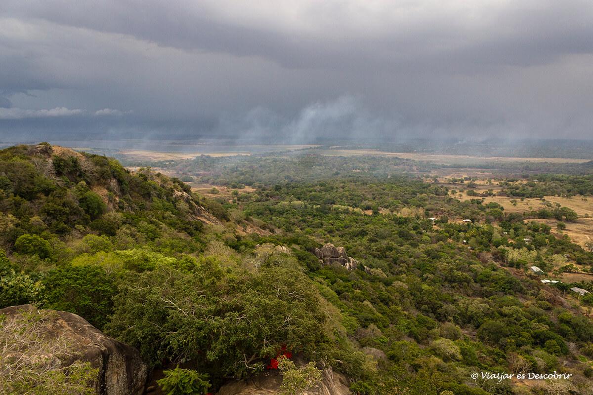 vista panoramica del valle de anuradhapura desde mihintale