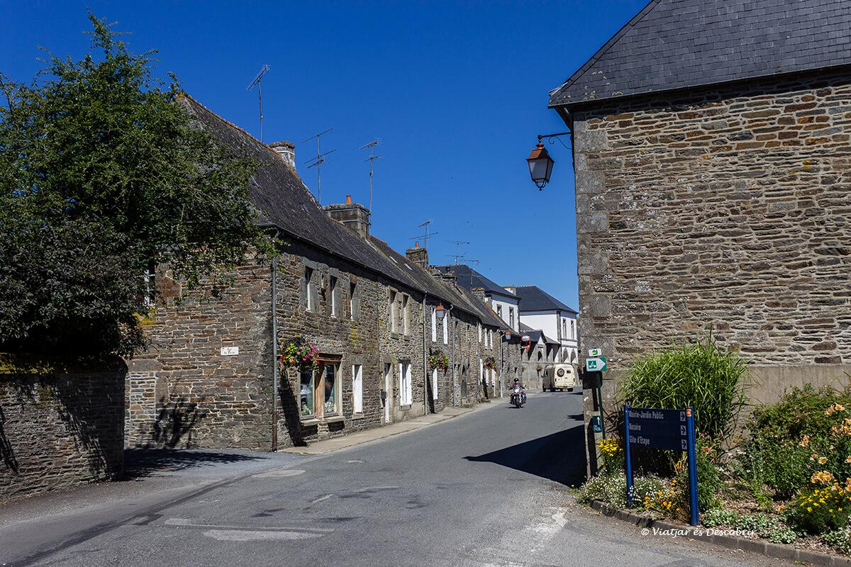 calles antiguas en el pueblo de gourec en el interior de la bretaña francesa