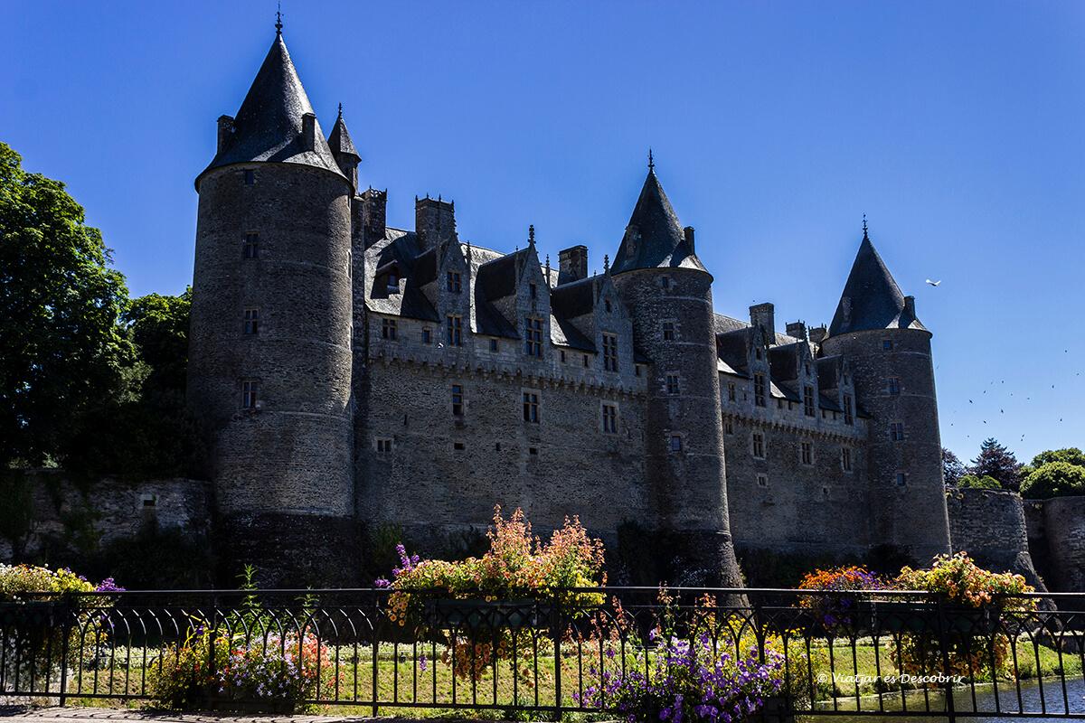 castillo medieval de josselin en el interior de la bretaña francesa en bicicleta