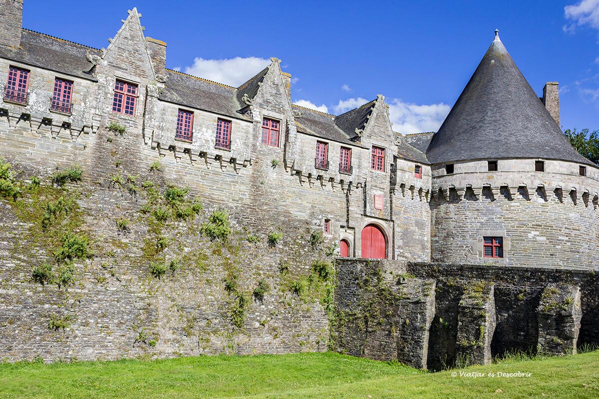 castillo de pontivy en el interior de la bretaña francesa en bicicleta