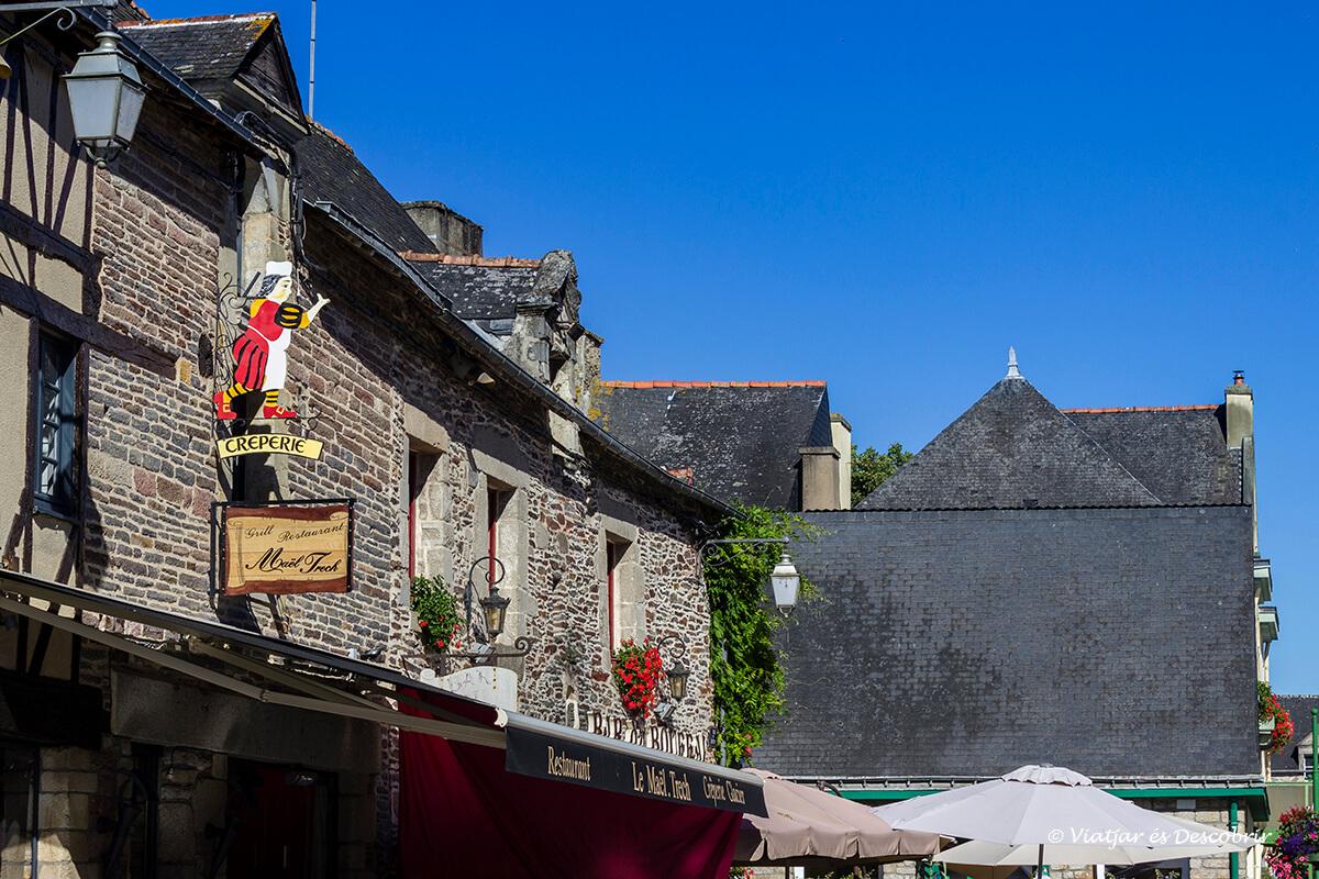 calles medievales en el interior de la bretaña francesa en bicicelta