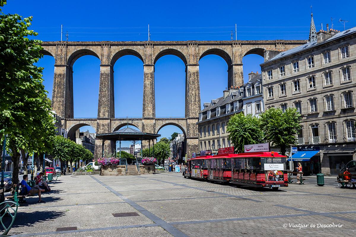 viaducto morlaix en el interior de la bretaña francesa en bicicleta