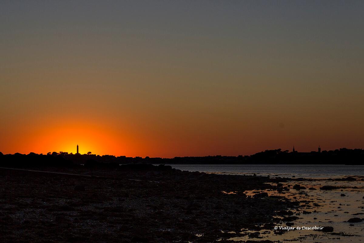 puesta de sol en roscoff sobre su faro