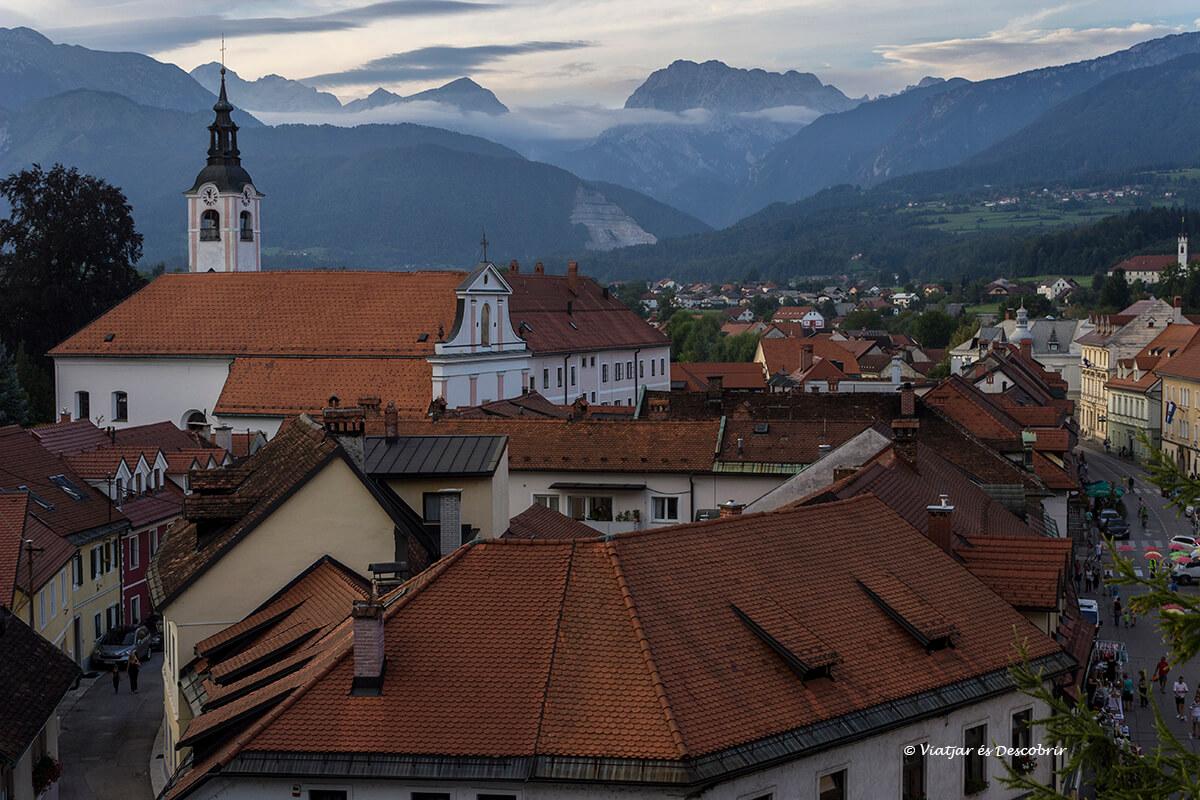 vista panoramica de kamnik con las montañas de fondo al atardecer