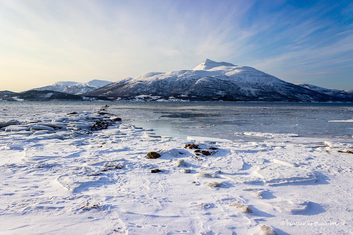 playas llenas de nieve en el norte de noruega