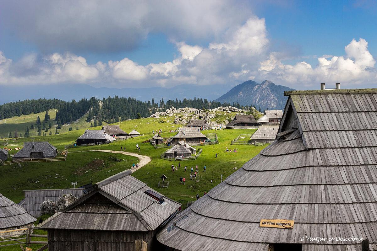 casas tradicionales de pastores en la cima de velika planina