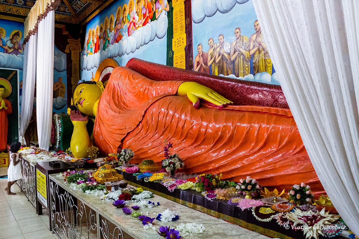 estatua de buda dentro de un templo en anuradhapura