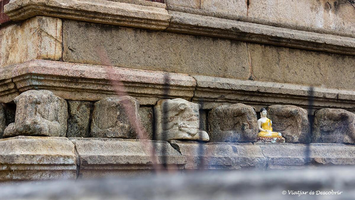 calma del budismo en uno de los monumentos que ver en anuradhapura