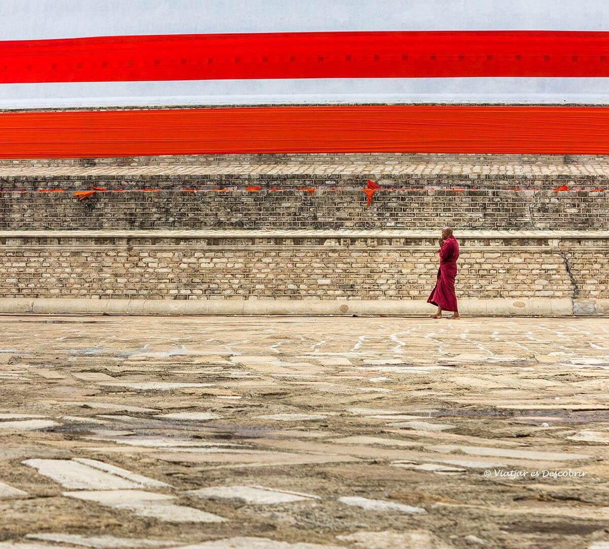 monje budista en Anuradhapura en Sri Lanka