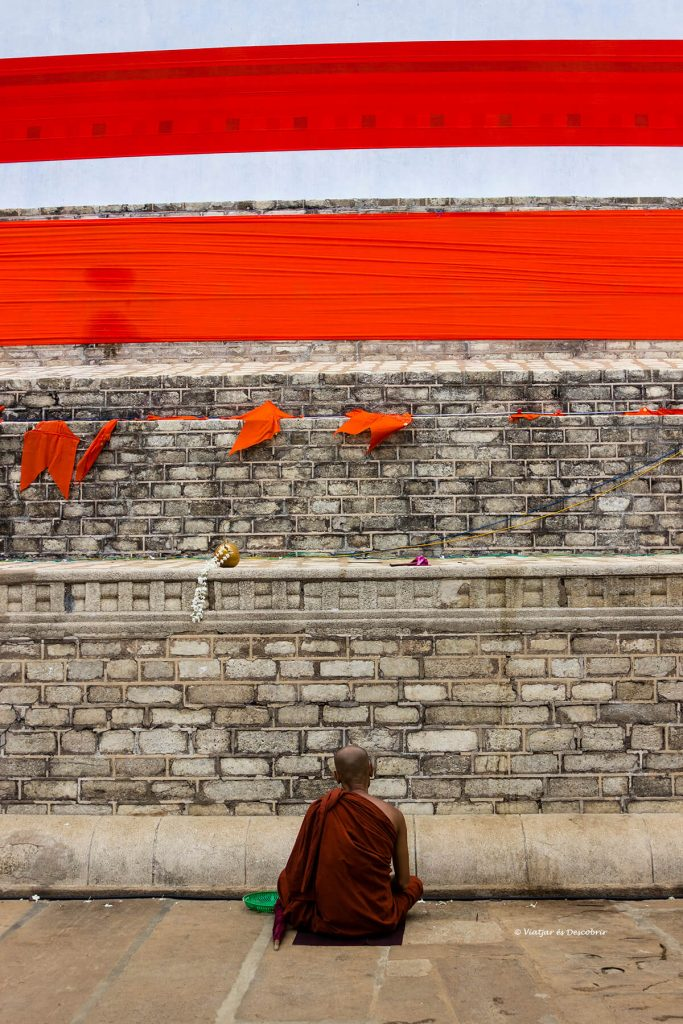 monje rezando a los pies de la mayor estupa de anuradhapura