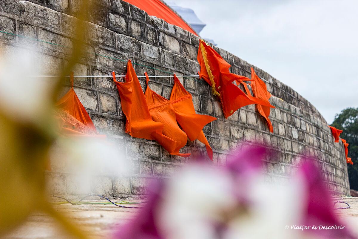 banderas sagradas en los monumentos de la ciudad antigua de anuradhapura