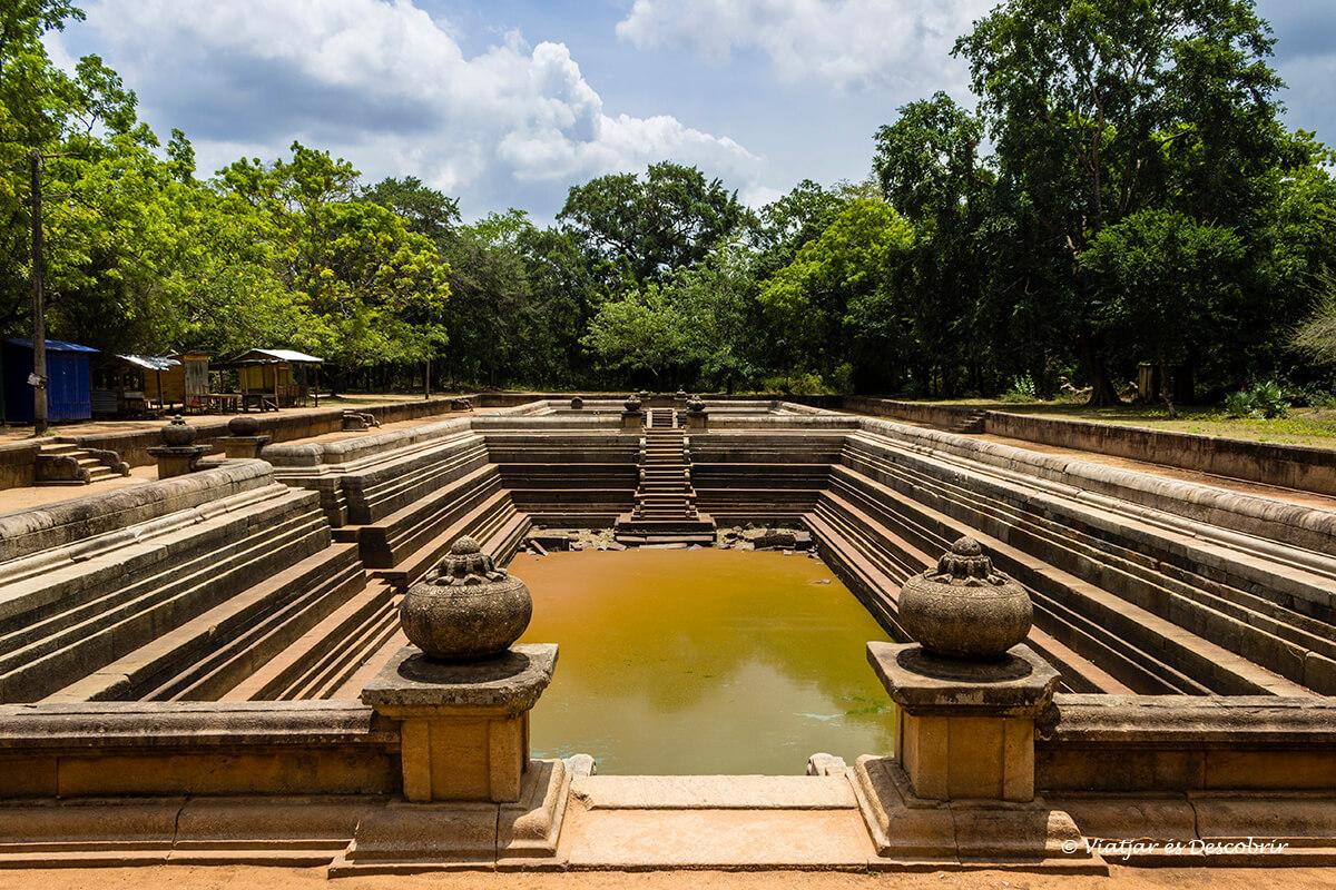 Kuttam Pokun muestran el sistema de regadio de la ciudad antigua