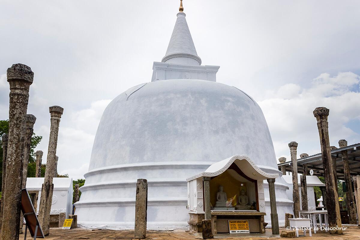 la estupa lankarama es una de las mas famosas de la ciudad de anuradhapura