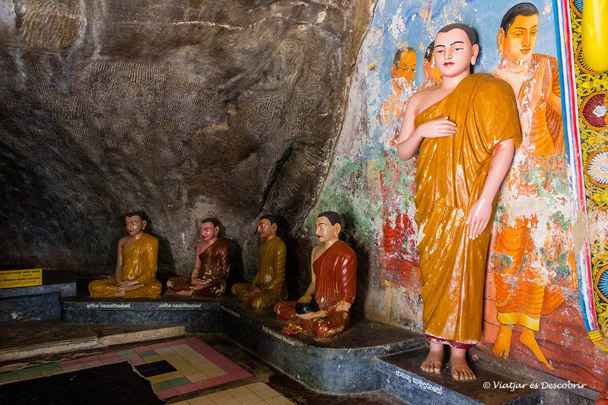 Interior de un templo en una cueva en Anuradhapura