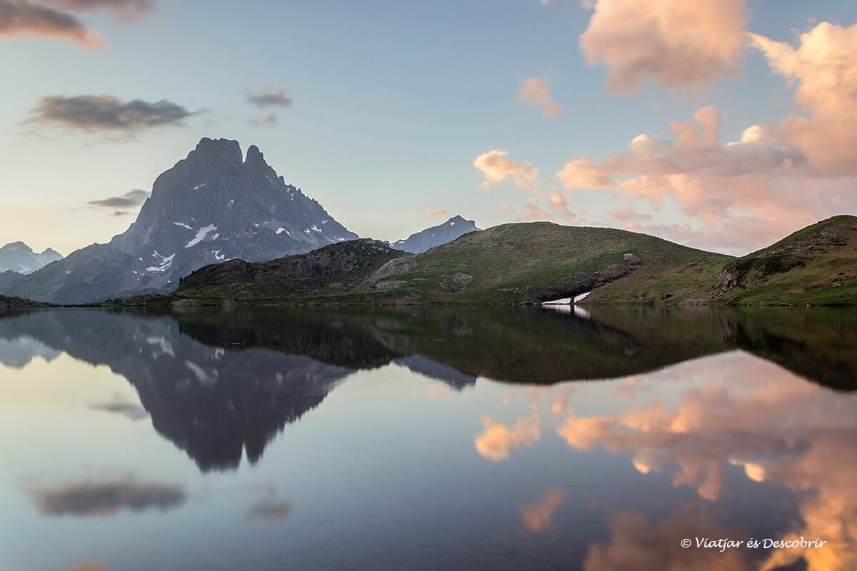 reflejos al amanecer durante la excursion a los lagos de ayous