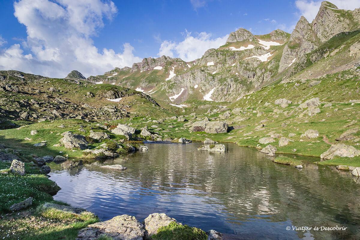 reflejos por la mañana entre los lagos de ayous