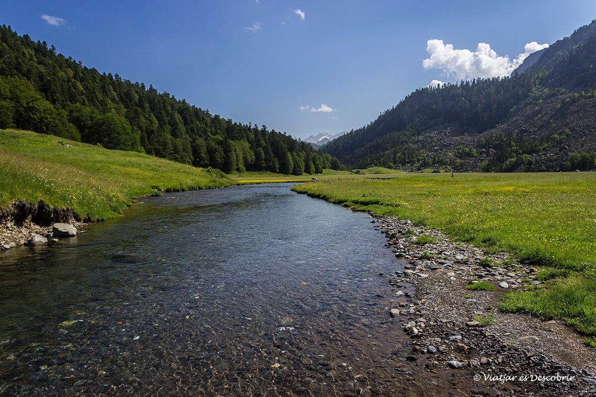 rio en el valle de los lagos de ayous
