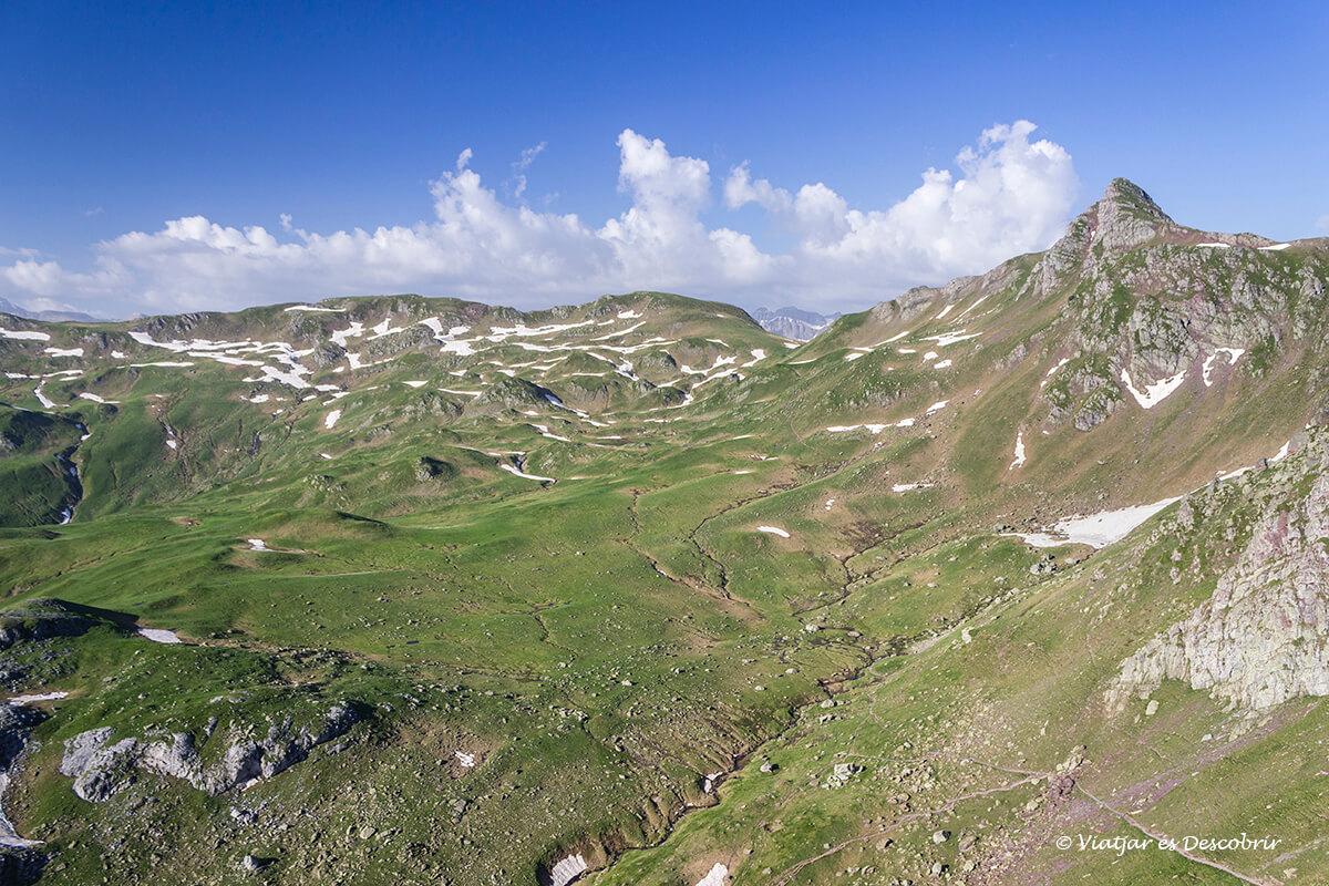 vista del valle del pico midi ossau y los lagos de ayous