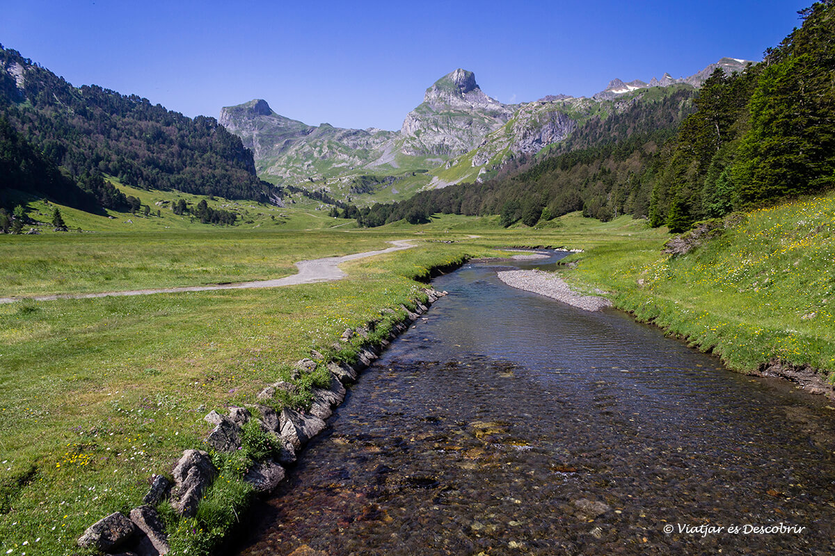 rio en la excursion hasta los lagos de ayous en el parque nacional de los pirineos