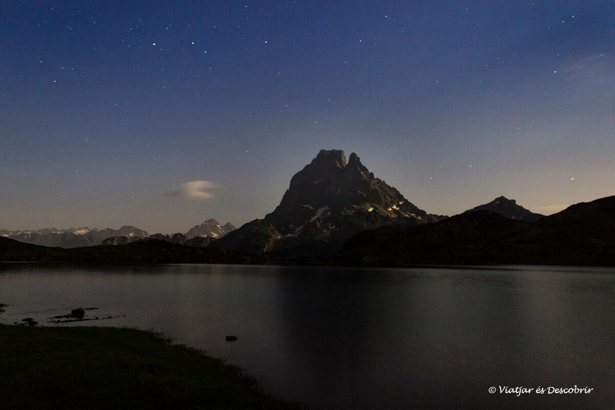 pic du midi ossau bajo las estrellas durante la noche en los lagos de ayous