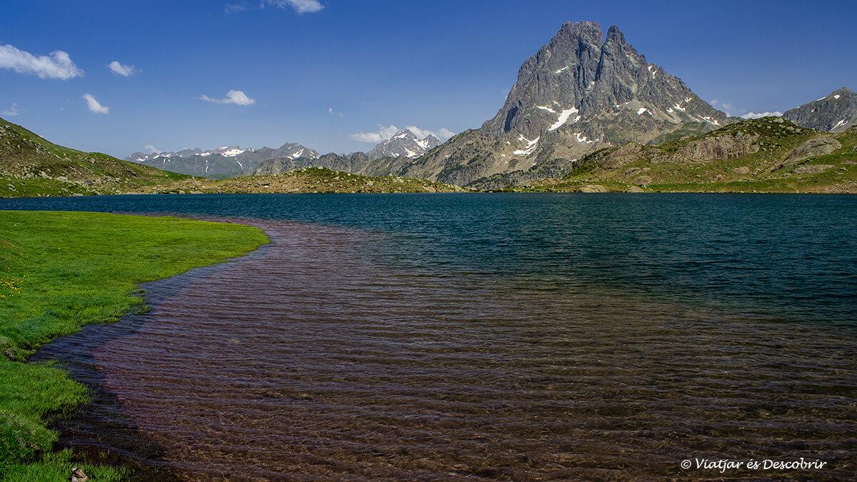 lago gentau y el midi de ossau en el fondo la mejor vista de los lagos de ayous