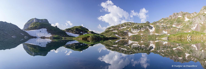 panoramica de los reflejos del lago bersau
