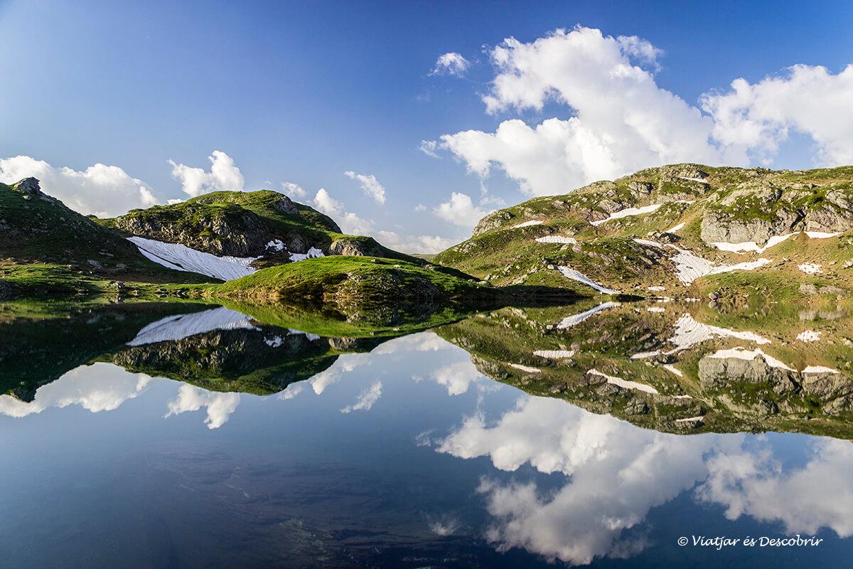reflejos en el lago bersau durante el amancecer en los lagos de ayous