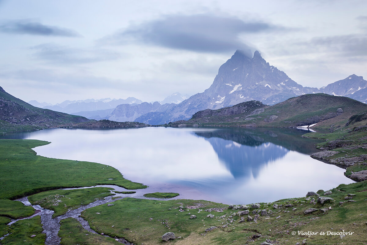 lago gentau en los lagos de ayous al atardecer