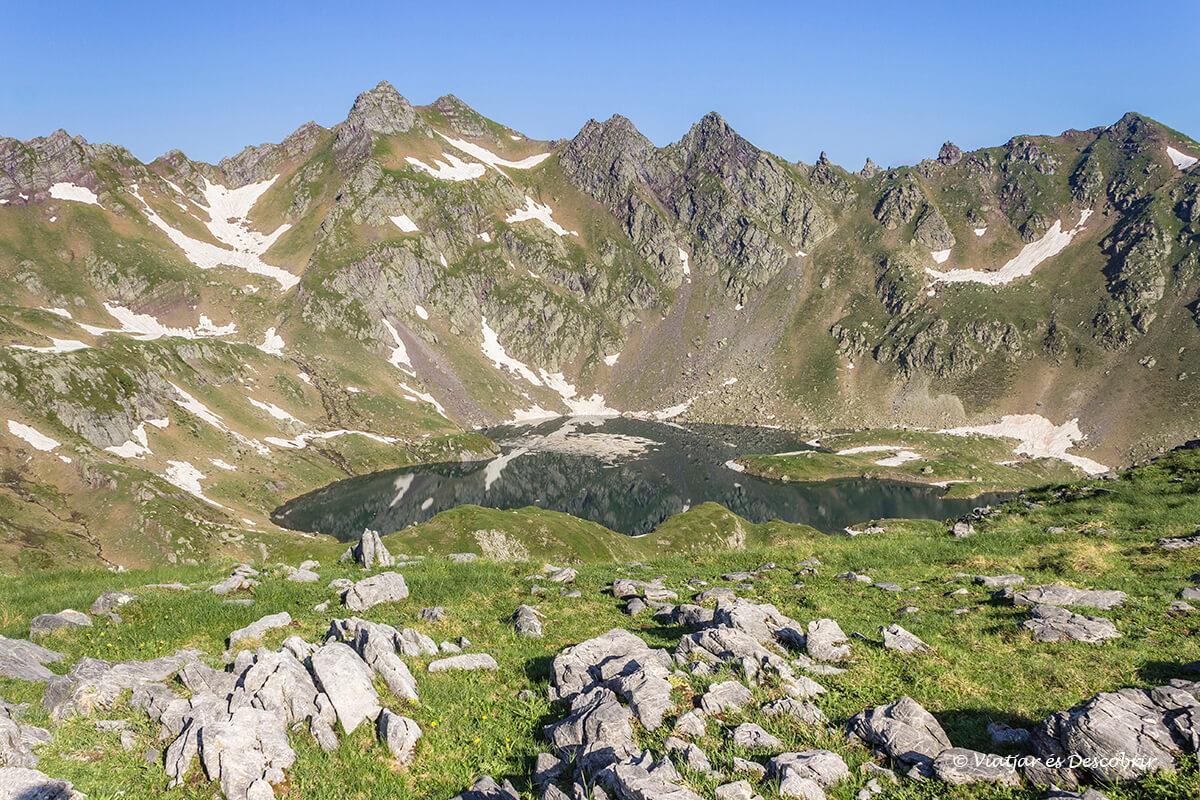 el lago bersau visto desde la cima del pico casterau