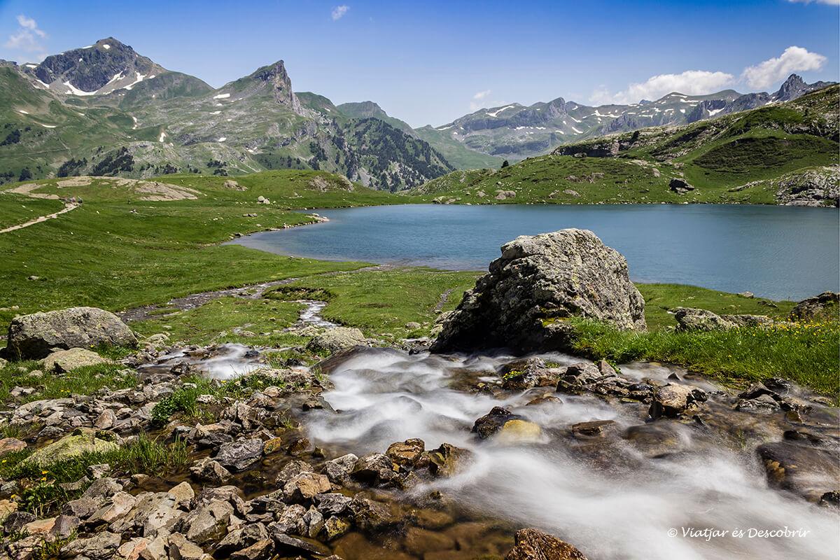 montañas y uno de los lagos de ayous durante el verano