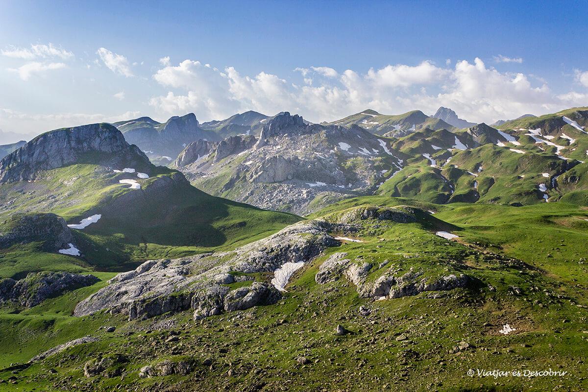 panoramica del parque nacional de los pirineos durante la excursion por los lagos de ayous