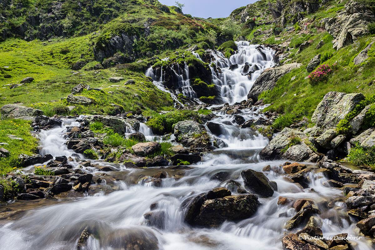 cascada duranta la excursion circular por los lagos de ayous