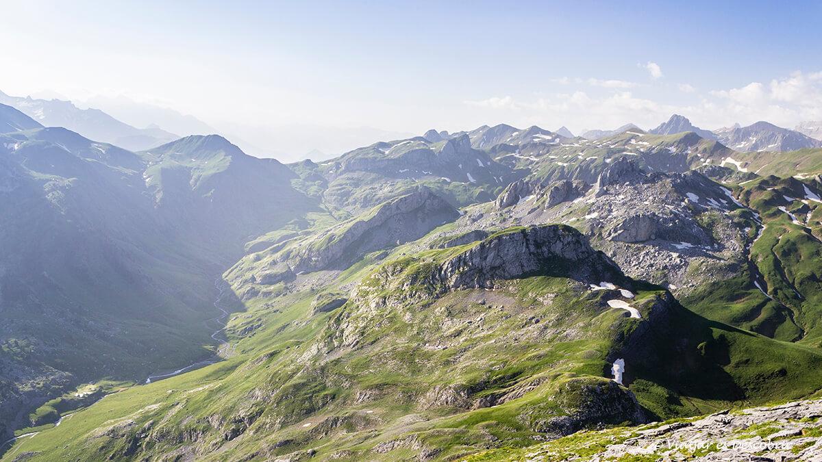 vista des de una cima durante la ruta por los lagos de ayous en francia
