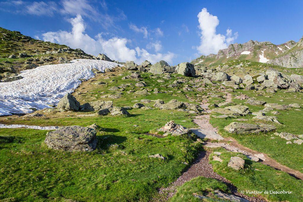 excursion en el pirineo frances circular para conocer los lagos de ayous en verano