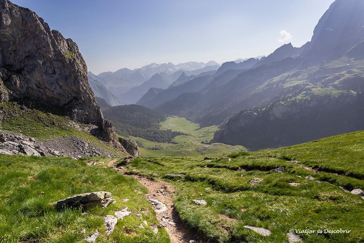 sendero circular que conduce por los lagos de ayous en el pirineo
