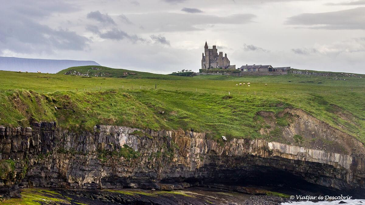castillo en la region de donegal en el viaje a irlanda