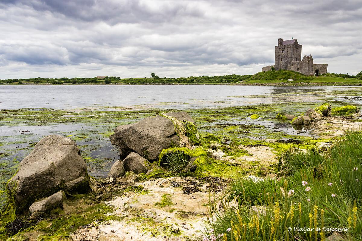 castillo en las orillas de un lago del viaje a irlanda