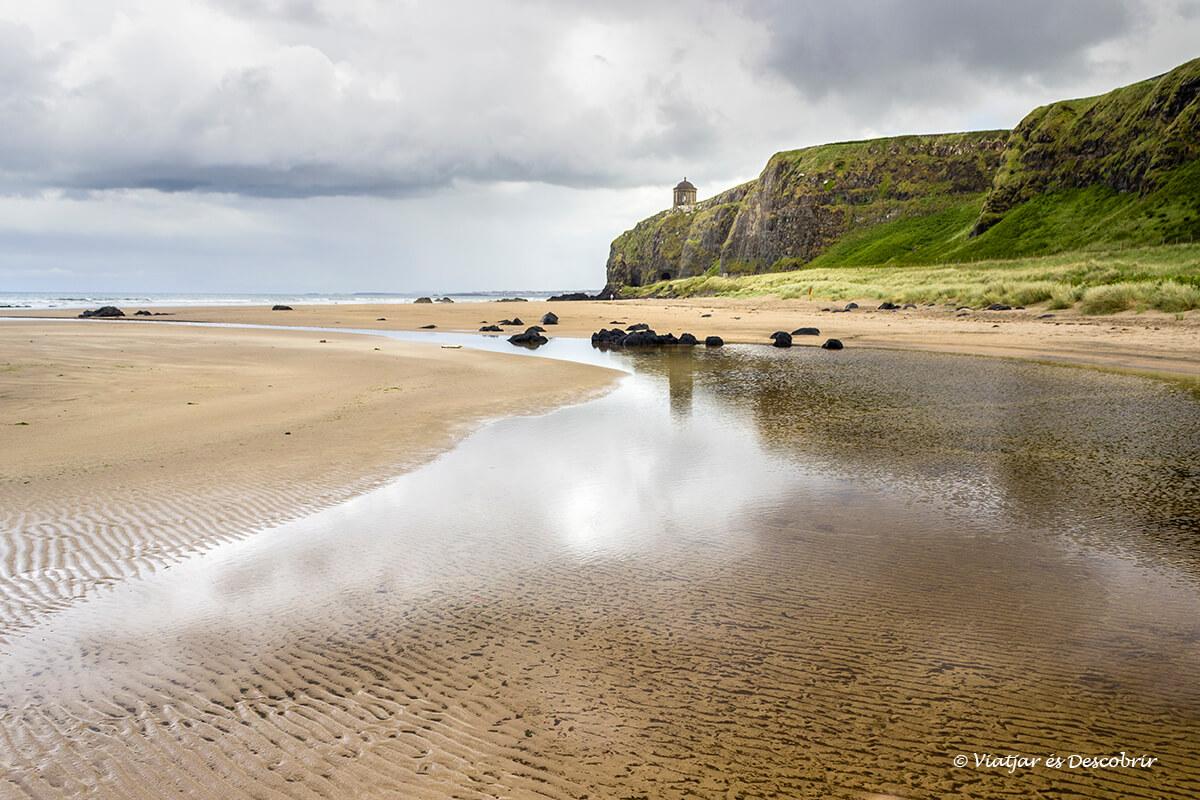 playa en el litoral de irlanda del norte