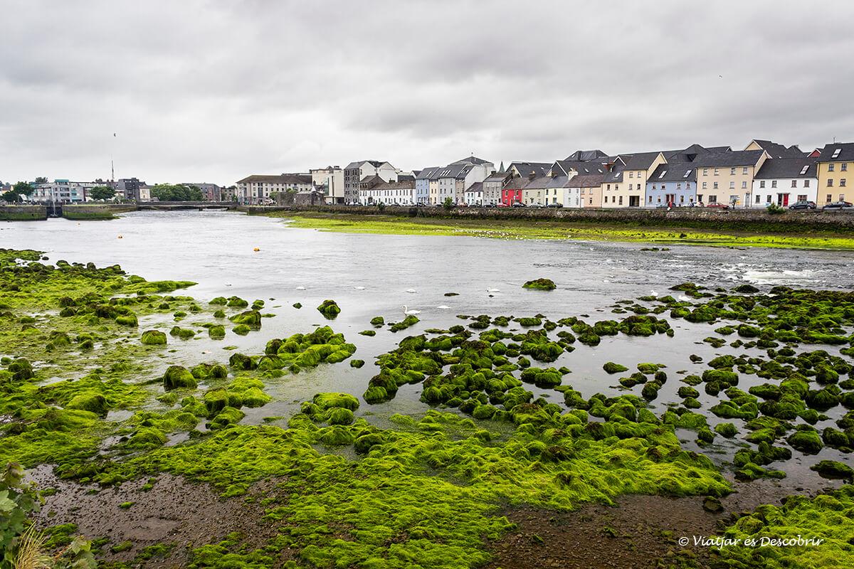 la zona del puerto de galway en irlanda