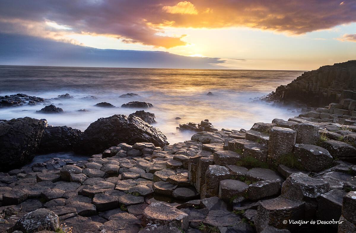 la calzada del gigante es el paisaje mas famoso para ver la puesta de sol en irlanda del norte